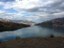 山风景,山沟的一个湖 免版税库存照片