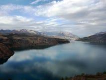 山风景,山沟的一个湖 免版税图库摄影