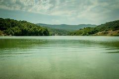 山风景,美丽如画的湖的美丽的景色华美的山的 免版税库存照片
