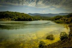 山风景,美丽如画的湖的美丽的景色华美的山的 免版税库存图片