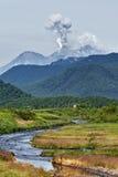 山风景:爆发在堪察加的茹帕诺夫斯基火山火山 免版税库存图片