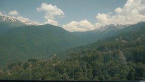 山风景 反对高山和天空蔚蓝背景的美丽的白色云彩  影视素材