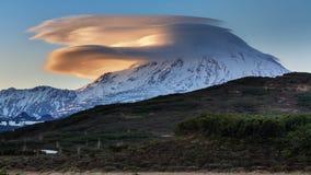 山风景-在火山的双突透镜的云彩在日落 免版税库存图片