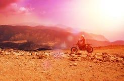 山马达在多灰尘的路的骑自行车的人骑马在巴巴达格, Mugla/土耳其 库存照片