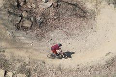 山骑自行车的人从上面 免版税库存图片