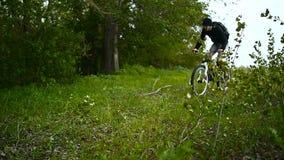 山骑自行车的人使横越全国在绿色森林里 股票视频