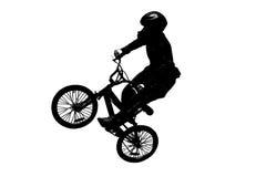 山骑自行车的人剪影 库存照片