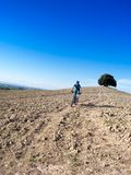 山骑自行车的人骑马通过托斯坎风景 免版税库存照片
