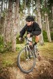 山骑自行车的人 库存照片