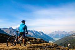 山骑自行车的人 免版税库存图片