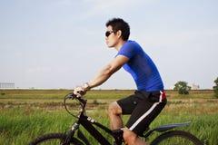 山骑自行车的人 免版税库存照片