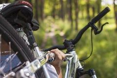 山骑自行车的人 图库摄影