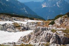 山高原Dachstein Krippenstein,奥地利的夏天多雪的风景 免版税库存图片