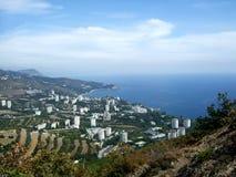 从山高度的海洋城市 Partenit 库存图片