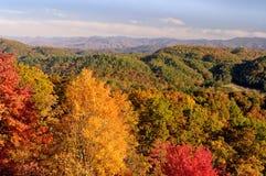 山麓小丘大路视图到在秋天颜色的发烟性山里 免版税图库摄影