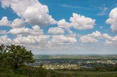 山麓小丘村庄在夏天 免版税图库摄影