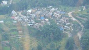 山麓小丘的小镇从上面 从在喜马拉雅谷,尼泊尔绿色土地安置的小和恶劣的镇空气的看法  股票视频
