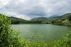 山麓小丘的湖 库存图片