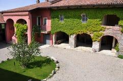 山麓的县房子在意大利 库存图片