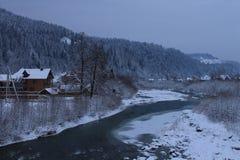 山,一条山河在冬天 免版税库存图片