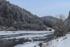 山,一条山河在冬天 库存照片