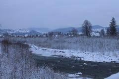 山,一条山河在冬天 免版税图库摄影