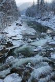 山,一条山河在冬天 免版税库存照片