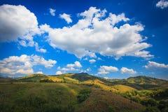山,与云彩的蓝天。 免版税库存照片