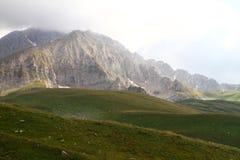 山,在天空的高山顶-自然照片的上面在云彩的  免版税图库摄影