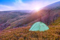 山,帐篷,秋天 免版税库存照片