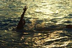 黑山,新海尔采格- 23/06/2016 :在水池的球员奥林匹克队匈牙利水球游泳在日落 库存图片