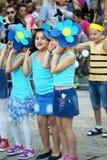 黑山,新海尔采格- 04/06/2016 :女孩为化妆舞会蓝色花装备 免版税库存照片