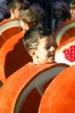 黑山,新海尔采格- 04/06/2016 :服装桔子的孩子 免版税库存图片