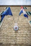 黑山,科托尔- 2014年7月17日:在克罗地亚consula的旗子 免版税库存照片