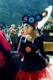黑山,科托尔- 03/13/2016 :一套衣服的女孩与唱片 库存照片