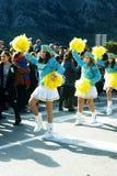 黑山,科托尔- 03/13/2016 :在狂欢节队伍的军乐队女队长舞蹈 免版税图库摄影