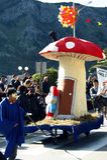黑山,科托尔- 03/13/2016 :真菌和Smurfs的狂欢节形象 免版税库存照片