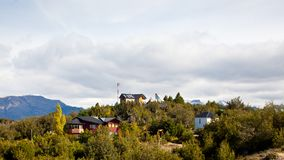 山,阿根廷的上面的小村庄在巴塔哥尼亚的 库存照片