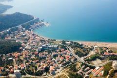 黑山, Rafailovici 在海海滩的看法 免版税库存照片