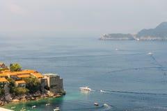 黑山:在Petrovac和布德瓦海湾的游船  图库摄影