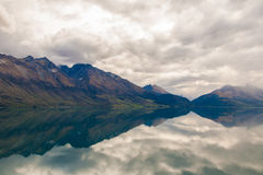山&反射湖从观点在途中对Glenorchy,新西兰 图库摄影