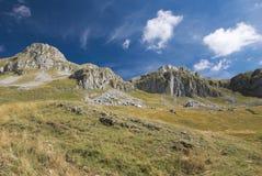 山`在Kapetanovo湖,黑山附近的Lukavica ` 库存图片