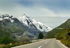 山 奥地利 与山路和冰川大格洛克纳山多雪的山峰的惊人的风景  免版税库存照片