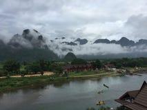山从小山的早晨视图, Vangvieng,老挝 免版税库存照片