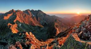 山从峰顶-斯洛伐克Tatras的日落全景 免版税库存照片