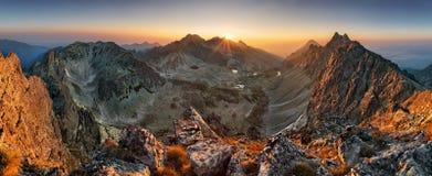 山从峰顶-斯洛伐克Tatras的日落全景 免版税图库摄影