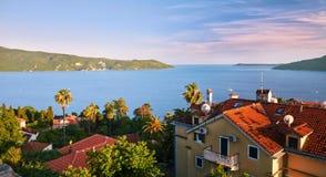 黑山 新海尔采格-从Kanli库拉堡垒的全视图 镇位于入口对美丽的科托尔湾博卡队K 库存图片