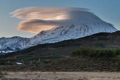 山(火山的)风景:在火山的云彩在日落 库存图片