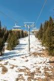 山滑雪升降椅索道 图库摄影