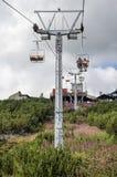 山滑雪升降椅 免版税库存照片